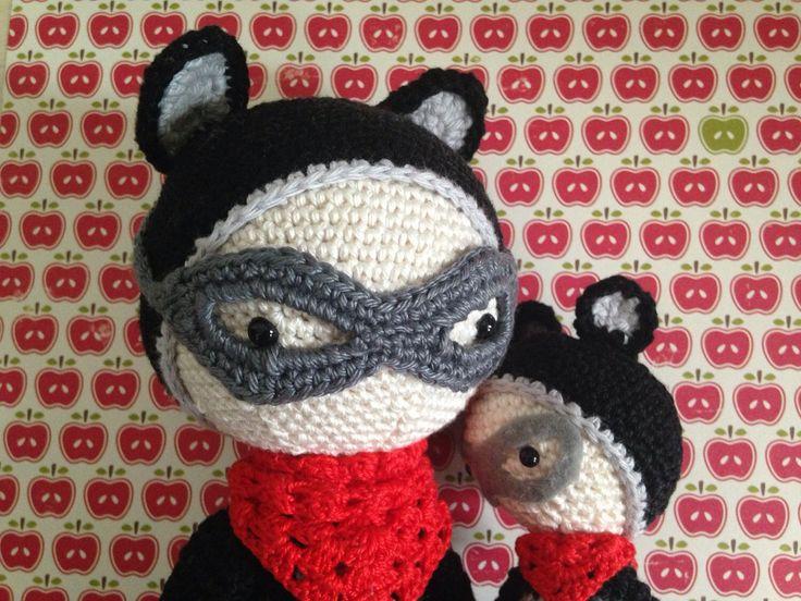 Roco de wasbeer met kleine Raf de wasbeer door handmadebyZusenFluf op Etsy https://www.etsy.com/nl/listing/235473637/roco-de-wasbeer-met-kleine-raf-de