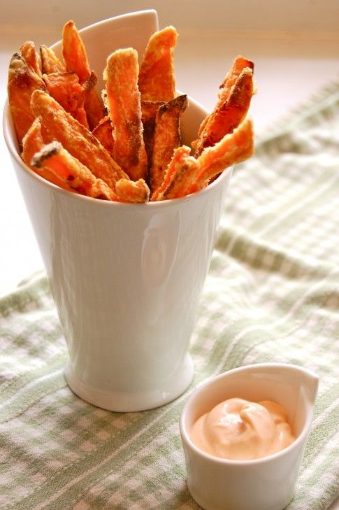 How to bake sweet potato fries so they come out CRISPY!  And a recipe for yummy sauce, as well.Sweet Potato Fries, Fun Recipe, Crispy Sweets, Baking Sweets Potatoes, Guarant Crispy, Food, Mayo Dips, Sriracha Mayo, Sweets Potatoes Fries