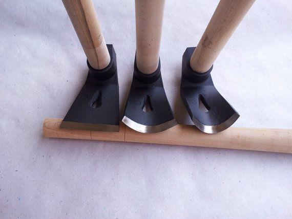 Ensemble de 3 monter et après que cela, forgé et trempé, sculpture, sculpture sur bois et un herminettes pour travailler le bois.  Excellente qualité - prix raisonnable!!!   Il sagit de THE ULTIMATE menuiserie, herminettes SET de la sculpture sur bois ! Il contient :  1. droite herminette 2. grande courbe herminette 3. petite courbe herminette  Tous les herminettes combine lame tranchante et marteau de charpentier. Excellent acier - AISI-4150 ou X HRC ГОСТ-50 ~ 50-55 Le tout dans le centre…