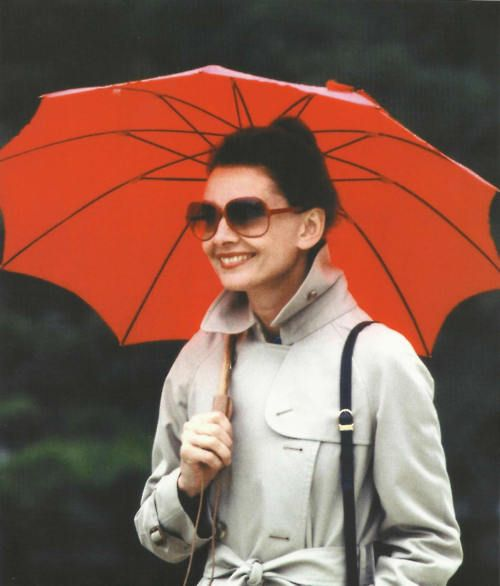 Audrey Hepburn, 1983: Beauty Pictures, Redumbrella, Audrey Hepburn, Hepburn 1983, Styles Icons, Audreyhepburn, Fashion Inspiration, Red Umbrellas, Red Umbrellabrellabrella