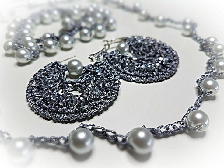 Collana orecchini e bracciale. Filo metallizzato e perle di vetro. Crochet earrings, necklace, bracelet