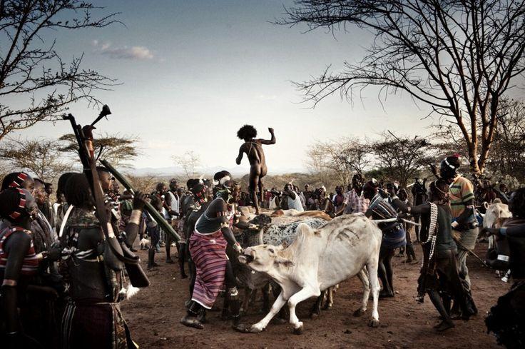 La mostra One Day in Africa raccoglie 45 immagini realizzate da reporter affermati e fotografi emergenti alle prese con la quotidianità di un continente in perenne fibrillazione. Le fotografie sono esposte secondo l'orario in cui sono state scattate - dalle prime luci dell'alba fino a notte f