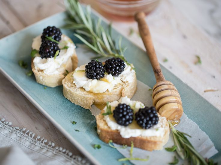 Fruchtige Ziegenkäse-Crostini mit Brombeeren und Honig