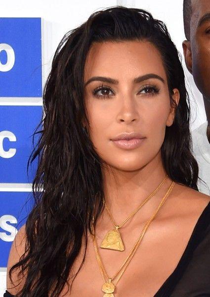 Cade o contorno? Kim Kardashian foi com um make bem levinho e os cabelos…