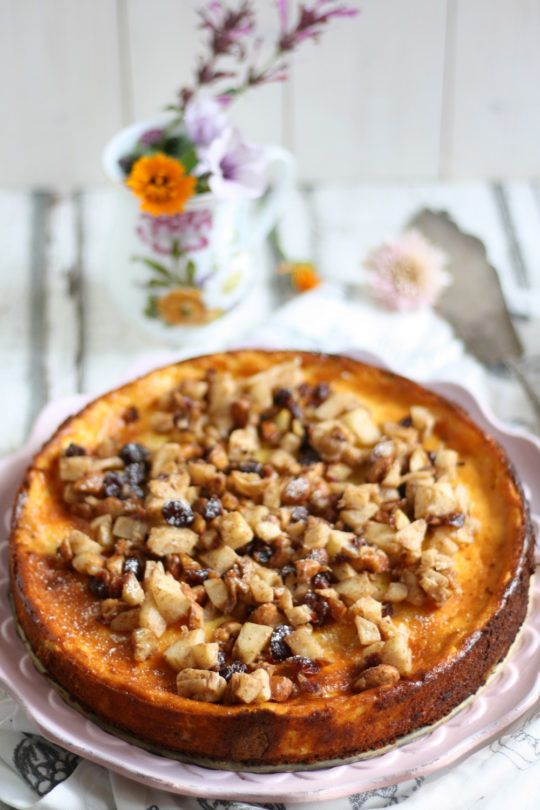 schneller-und-einfacher-kaesekuchen-mit-keksboden-und-bratapfel-garnierung