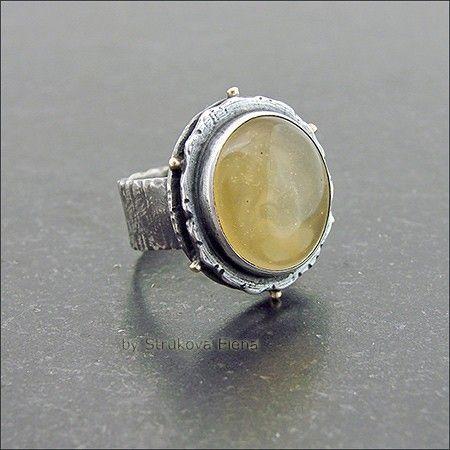 Лаконичное крупное кольцо с янтарём жёлтого (с лимонным оттенком) цвета.