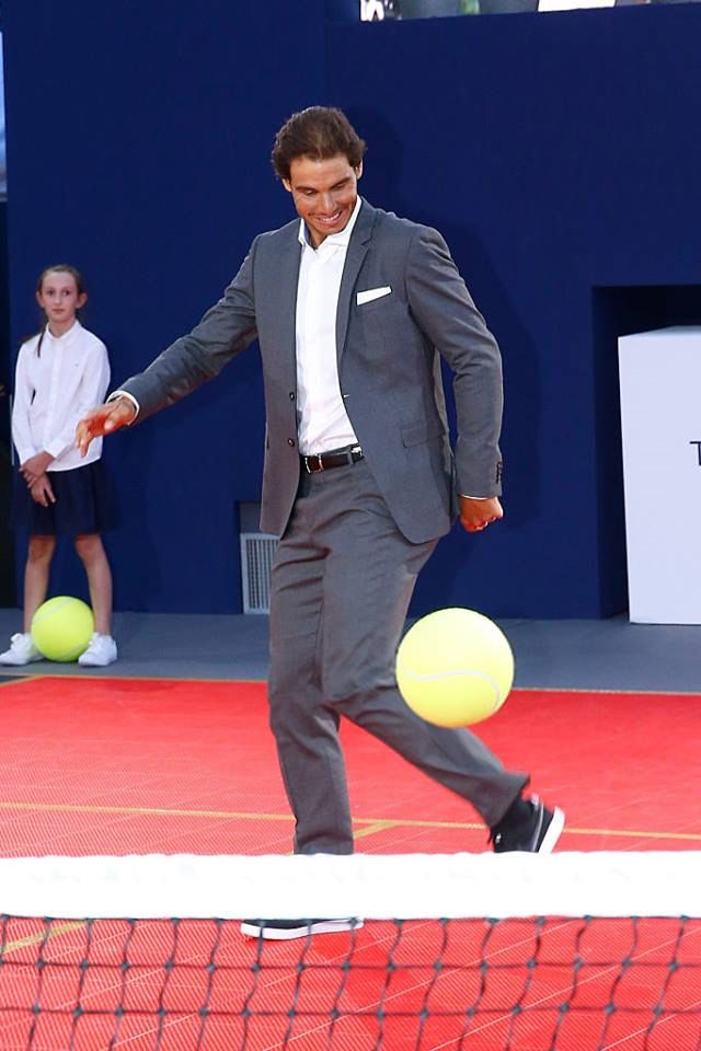 Nadal à l'événement Tommy x Nadal. À quelques jours du début du tournoi de Roland-Garros, Rafael Nadal peaufine sa préparation en testant le tennis ballon lors du tournoi Tommy X Nadal. Organisé en plein de cœur de Paris, ce match de gala démontrera que le nonuple vainqueur des Internationaux de France est aussi habile en short et raquette à la main qu'en costume Tommy Hilfiger et balle aux pieds GQ gqmagazine mode news tommy hilfiger x rafael nadal tennis Nadal Vamos Style Mode Tommy…