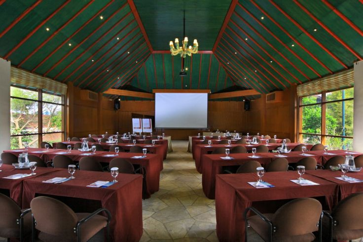 giri MEETING ROOM    -  Dimension: 17.5 m x 10.5 m    -  Air Conditioned Meeting Room    -  Private Dining facilities Room capacity Ideal Max Classroom 60 84 Theatre 178 210 Double U-Shape 68 84