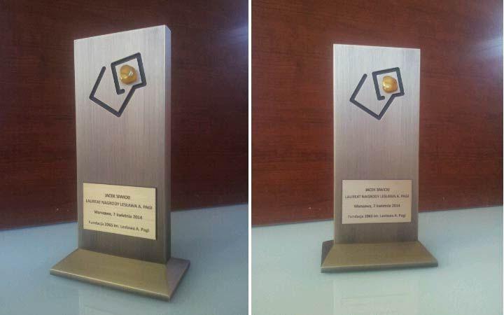 Jesteśmy dumni, że nasza firma zaprojektowała oraz wykonała tą nagrodę. Charakterystycznym elementem statuetki jest bursztyn, który został umieszczony w miejscu gdzie znajduję się kropka w logo nasza klienta. Już od 10 lat Fundacja 2065 im. Lesława A. Pagi przyznaje Nagrodę Lesława A. Pagi, honorowe wyróżnienie dla ludzi wybitnych, którzy potrafią odważnie podejmować decyzje, wybiegają myślą w przód, są skuteczni i opierają się w swojej działalności na zasadach etycznych.