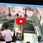 Qué Video horrible! Madre salva hijo, muere trágicamente en escalera mecánica