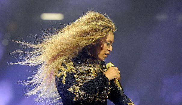 Qui de Beyoncé ou de Rihanna est la plus stylée en concert? Les deux stars internationales, en France à une semaine d'intervalle pour des concerts exceptionnels au Stade de France (Beyoncé y sera le 21 juillet et Rihanna le 31), ne manquent pas d'imagination pour leurs tenues. Voici un récapitulatif de leurs looks pour le Formation Tour de Beyoncé et l'Anti World Tour de Rihanna.
