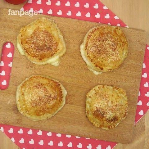 Solo 3 ingredienti per uno spuntino gustoso e originale. Appoggiate una fetta di pomodoro e una di mozzarella sulla pasta sfoglia e coprite con un altro strato di pasta. Spennellate le tartine con l'uovo sbattuto e metteteci un po' di parmigiano prima di infornare. Cuoceranno per 10/15 minuti a 180 gradi.