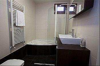 Los baños son completos y amplios en casa rural Gigantes de Navarra.