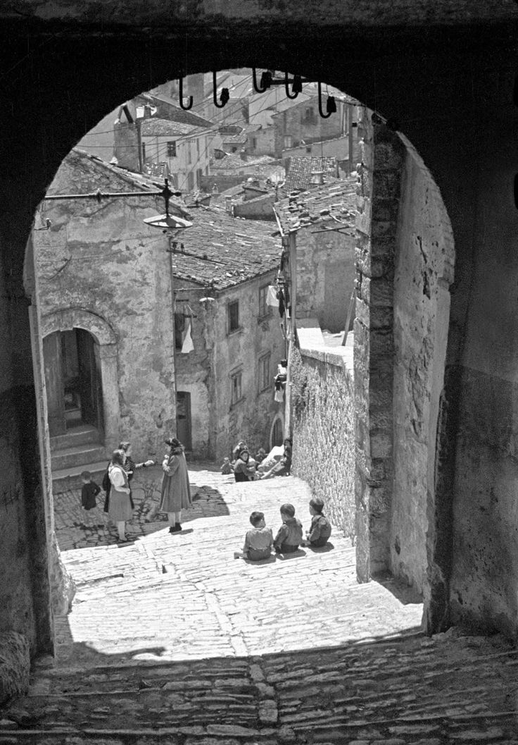 Impression of steep and narrow streets of old Campobasso. || vintage everyday: Black & White Photos of Daily Life in Campobasso, Italy in 1944