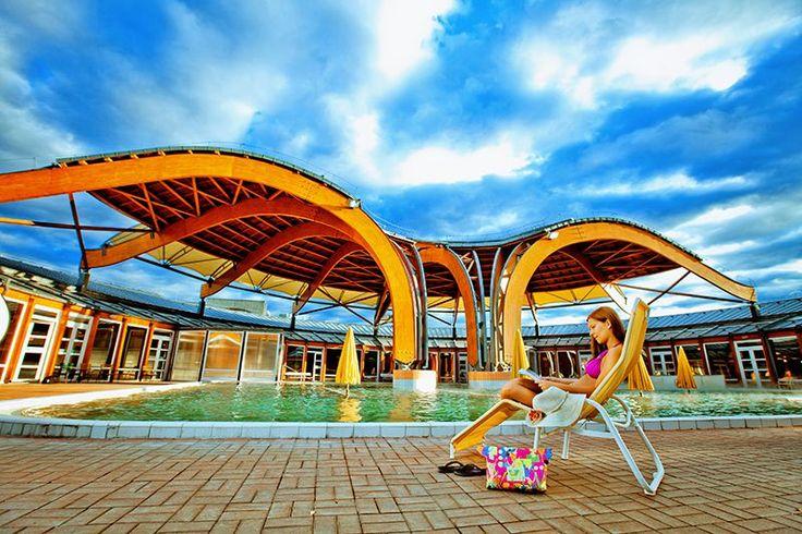A 14 hektáros parkban fekvő fürdőkomplexum 32 medencével, több mint ötezer négyzetméter vízfelülettel, gyógy-, strand- és élményfürdővel várja a vendégeket.