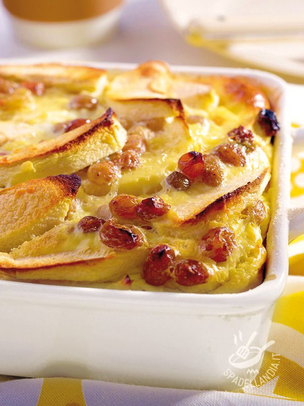Clafoutis of apple and raisins - Sofficissimo e davvero delizioso, il Clafoutis di mela e uvetta è un dolce al forno della tradizione gastronomica francese. Intramontabile! #clafoutisdimela