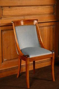 Chaise Empire en bois de hêtre à dos incurvé.