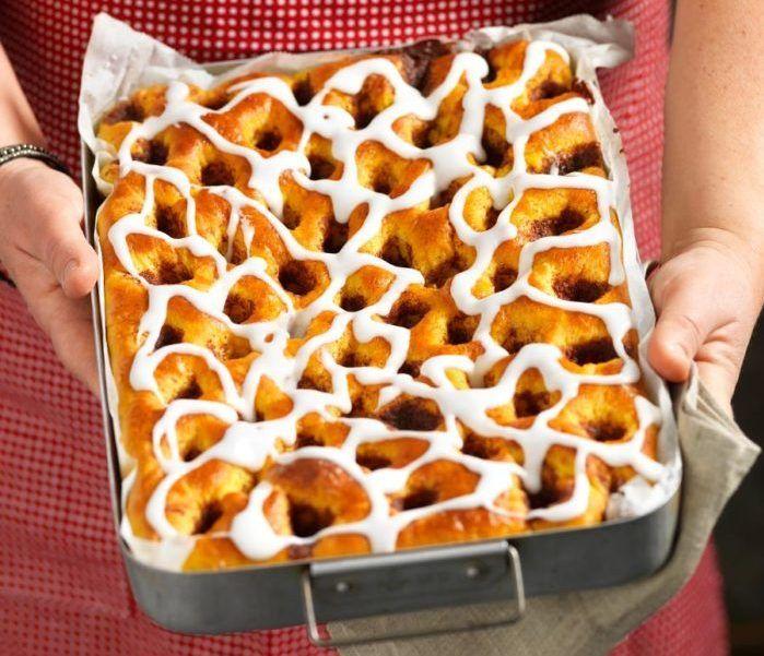Lättbakad saffrans- och kanelvetekaka i långpanna. Vårt recept på saffransvetebröd är både enkelt och gott –tryck ut degen i formen, klicka i fyllning, grädda och njut!