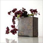 アジアンチックな更紗の模様を型押しした小さな四角のベースです小さくカットした、花やグリーンを何気なく、アレンジしても とても似合う花瓶ですすっきりした四角の形はペン立てや小さなカトラリー入れにもなりそうです商品名:更紗スクエアベース(soh2410)全体のサイズ(cm):幅9.5×奥行5×高さ9口径:幅8×奥行3.5深さ:8材質:陶器(信楽焼)重量:300g生産国:日本*北海道は送料1000円*沖縄・離島の送料は別途お問い合わせ下さい*手作り品の為、色の出方や模様・形・サイズ等に個体差があります*小さながたつき等はご容赦ください*ディスプレイによる色の違いは予めご了承下さい*手作り品の為僅かな寸法違いは予めご了承下さい