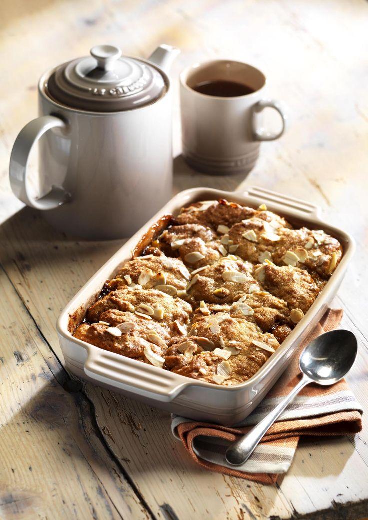 Forkæl dig selv i vintermørket med denne søde abrikoskage. Abrikoserne spiller perfekt op imod krydderierne, mandlerne og det brune sukker, og kombinationen gør denne abrikoskage til noget helt specielt.