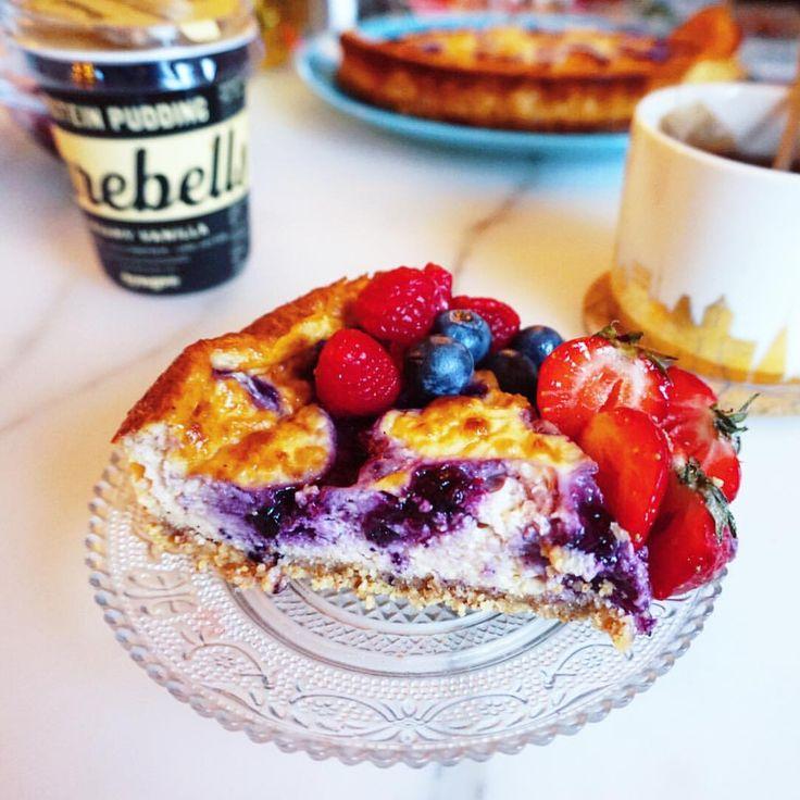 Har du inget planerat idag så måste du testbaka denna☺️✌🏽 Hallon- och Blåbärscheesecake gjord på @barebells pudding😉✌🏽 265 kcal/bit, 22 g Protein, 17 g kolhydrater och 9 g fett! Inspo av @tastyhealth ❤️ Döenkelt recept som ni måste testa!!! Här kommer receptet😜 Ingredienser: Botten: •100 g Mandelmjöl •100 g mandelsmör •1 ägggula Stevia efter smak  Fyllning: •3 Barebells vaniljpuddingar •1 pkt 200 g färskost 4% •2 äggvitor (60 g) •1 krm vaniljpulver •40 g tyngre casein vaniljdrömmar S...