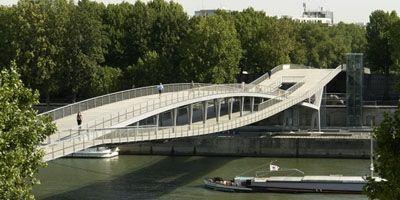 Une passerelle recouverte de chêne à Paris http://www.histoire-en-ligne.com/spip.php?article1171 Située entre les ponts de Bercy et Tolbiac, la passerelle Simone de Beauvoir a été inaugurée le 13 juillet 2006. Elle relie l'esplanade de la bibliothèque...