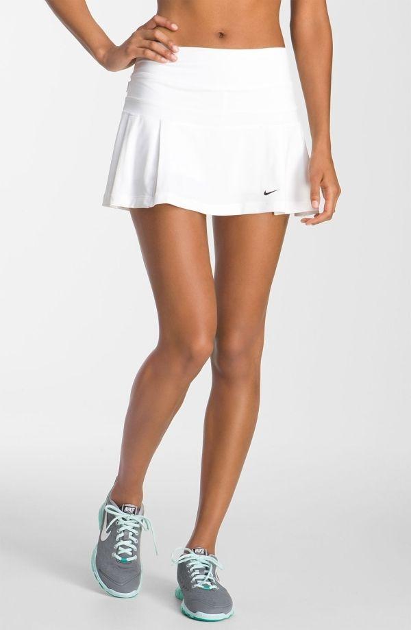 Una marca que te recomendamos para practicar tenis es Nike por sus diseños. Tanto si te gusta tradicional como más moderno el outfit.  #moda #tenis #deporte #outfit #estilo #falda #blanca