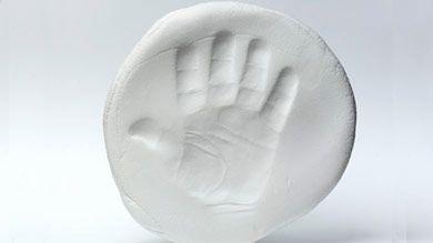 Empreintes-souvenirs : conserver l'empreinte de la main (ou du pied) de votre enfant, peu importe son âge.