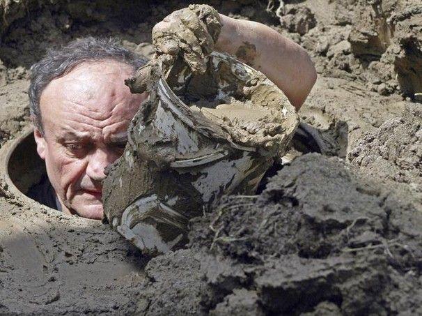 Funcionário desentope um bueiro de rua lotado de lama em rua da cidade de Belgrado, na Sérvia. Região sofre com as consequências de fortes inundações - http://epoca.globo.com/tempo/fotos/2014/05/fotos-do-dia-19-de-maio-de-2014.html (Foto: EFE/Dragan Karadarevic)