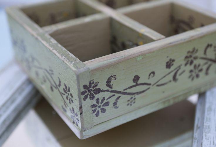 Caixa com quatro compartimentos feita com madeira usada.