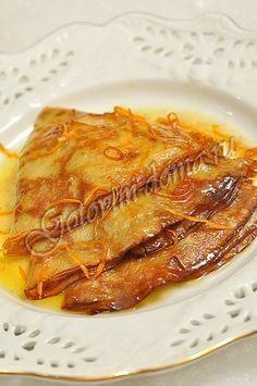 """Рецепт: Десерт """"Креп Сюзетт"""" для десертных крепов яйца - 4 шт, сливки (33-35%) - 500 мл, молоко - 320 мл, мука - 240 г, сахарная пудра - 60 г (~3-3,5 столовых ложки с горкой), соль - 1 чайная ложка (без горки), растительное масло - 1 столовая ложка для апельсинового соуса сахар - 40-50 г, сливочное масло - 100-150 г, апельсины - 2-3 шт, апельсиновый ликер Гран Марнье (Grand Marnier) - 60 мл (по желанию), коньяк или ром - 60 мл (по желанию)"""