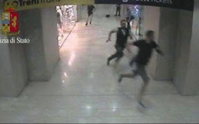 Il video dell'arresto di un ladro marocchino in Stazione Centrale a Milano Corsa e placcaggio finale di un ladro nella metropolitana di Milano. Nel video delle telecamere di sorveglianza si vede l'inseguimento all'interno della stazione della metropolitana di un giovane mar #ladro #arresto #marocchino #polizia #video