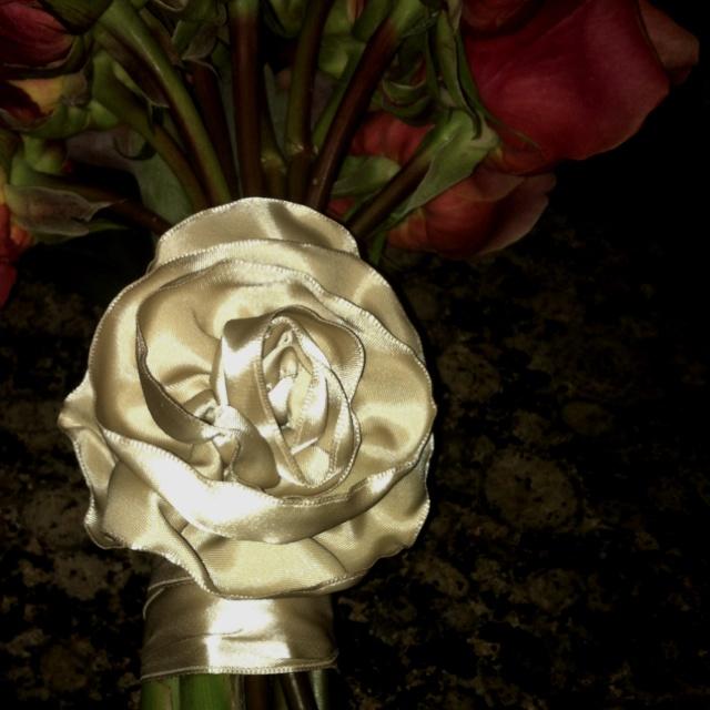 Fabulous rosette for a bouquet handle! (Laura - you ROCK!!!)