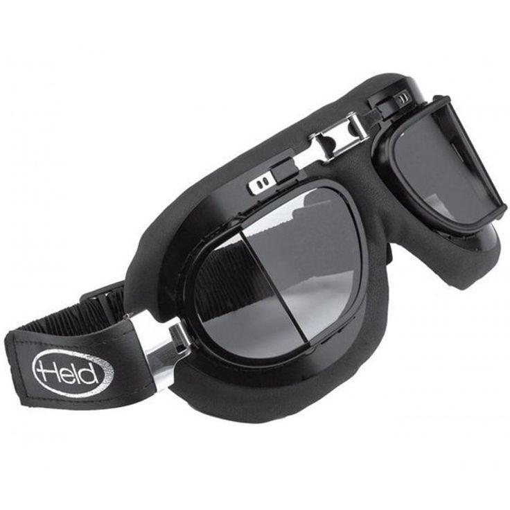 Gafa Held 9805 estilo custom / clásico, ideal para usar con cualquier casco de tipo jet / abierto. Cristales reforzados anti-vaho. Protección UV400 antivioleta. Almohadilla de piel. Montura negra con partes cromadas. Cinta elástica de muelles de acero inoxidable regulable.
