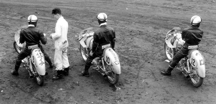 1958年クラブマンレースのレース前  左から鈴木義一、秋山邦彦、田中健二郎の各選手