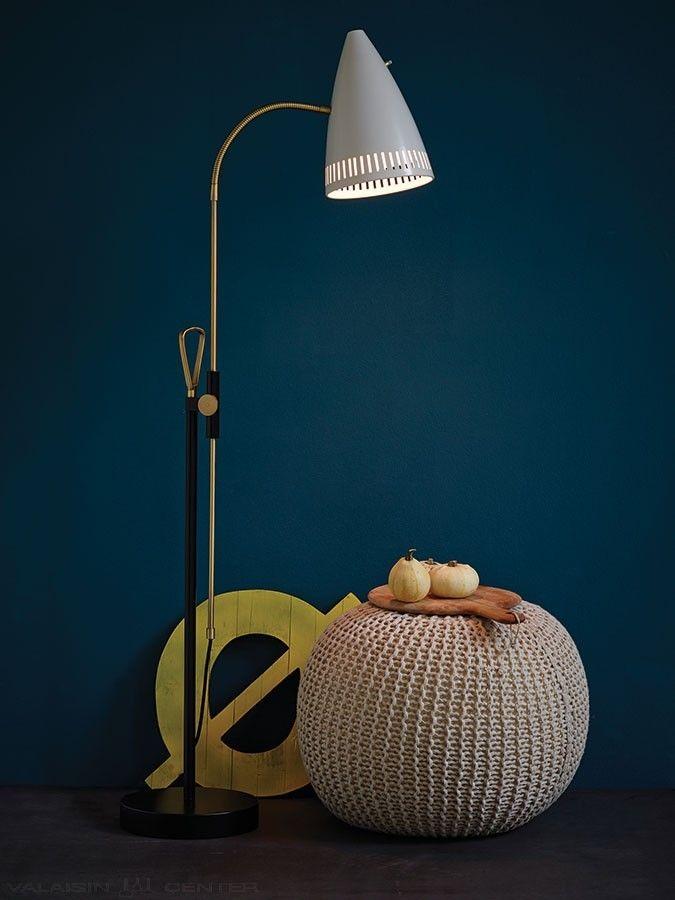 Elegantti ja tyylikäs JIVE Lattiavalaisin 1940-luvun mallista. Laadukas klassikkovalaisin upeine yksityskohtineen. Jive Valaisimessa on korkeussuunnassa säädettävä varsi sekä varjostimessa oleva katkaisin. Sopii skandinaaviseen kotiin.