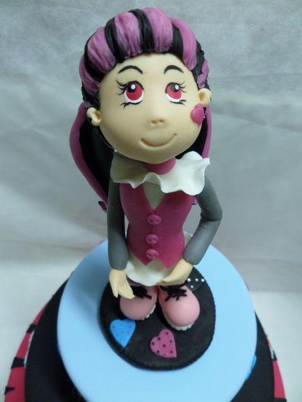 """Boneca personalizada da Serie de desenho Monster High, toda feita em biscuit,.   Um pouco da história dessa personagem que as meninas  amam:   """"Ela é filha do Conde Drácula, tem 1.599 anos. Ela é da equipe Fearliding, que são as líderes de torcida de Monster High. Sua roupa é do estilo Girly. Suas melhores amigas são Clawdeen Wolf e Frankie Stein. Seu bicho de estimação é um morcego chamado Conde Fabulous que tem 1.006 anos."""" R$ 50,00"""