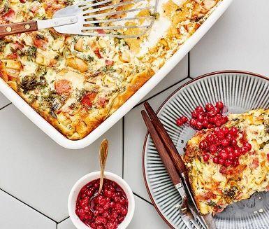 Ugnspannkaka med äpple, grönkål och bacon | Recept ICA.se