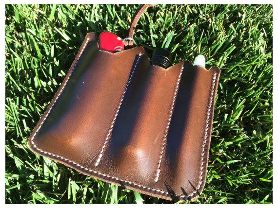 Handgefertigte, sehr praktisch EDC (jeden Tag tragen)-Organizer mit einen minimalistischen Ansatz.  Dieser Artikel ist komplett handgefertigt aus Schneiden von Leder, Nähte auf die endgültige Leder-Behandlung mit Bienenwachs  Hergestellt aus 2mm Leder, die vordere Ebene in in natürlichen Farben und der Rückseite dunkelbraun Schoko  Es gibt 3 Tasche 2 x große Taschen: Sie können sie in eine endlose Vielzahl von Kombinationen, Taschenmesser und Taschenlampe, 2 Tasche Messer, 2 Taschenlampen. 1…