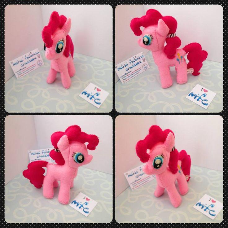 """https://www.facebook.com/572877439453577/photos/a.573291082745546.1073741830.572877439453577/756045431136776/?type=3&theater  - Riproduzione peluche """"Pinkie Pie"""" dal cartone animato """"My Little Pony"""" completo di ogni dettaglio. (lunghezza 12 cm compresa coda, altezza 14,5 cm compresa criniera) - Feltro - Cotone - Pannolenci"""