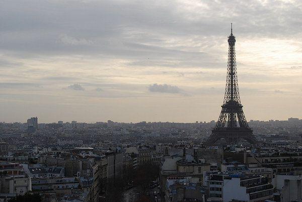 Las colas frustraron muchas visitas en nuestro viaje a París, entre ellas la de la Torre Eiffel.   Os contamos los errores que cometimos y os damos algunas alternativas a la célebre torre para disfrutar de las panorámicas de París http://elpachinko.com/viajes-paris/colas-para-subir-torre-eiffel/