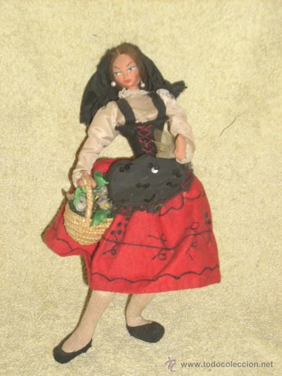 Muñeca de trapo, con traje regional y es de Layna, doy fe de ello, mi abuela las hacía, era la patronista de la marca...