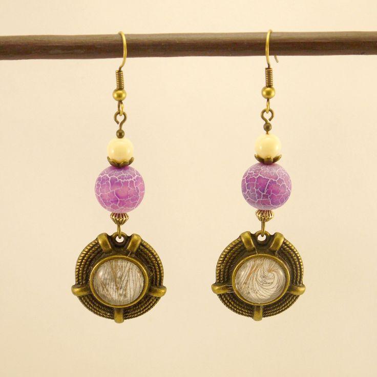 Boucles d'oreilles cabochons en métal bronze et papier, agate veine de dragon violet givrée, et perles en verre beige. : Boucles d'oreille par geb-et-nout