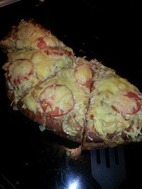 1 pkt Hönökaka (3 halvmånar) 1 pkt bacon 100 g skinka 1 gul färsklök eller en purjolök 100 g färska champinjoner 2 dl creme fraiche 1 dl grädde 1-2 tomater Salt och peppar Riven ost Skär baco...