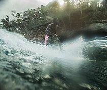 Junger Surfer reitet eine Welle, Sao Tome, Sao Tome und Príncipe, Afrika