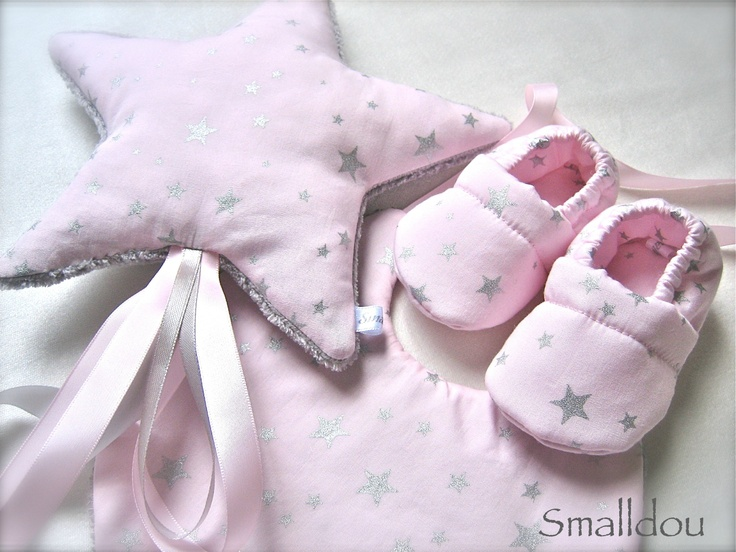 Coffret cadeau smalldou doudou étoile filante, chaussons bébé et bavoir rose étoiles argentées  http://www.alittlemarket.com/mode-bebe/chaussons_rose_pale_etoiles_argentees_pour_bebe_-3215815.html
