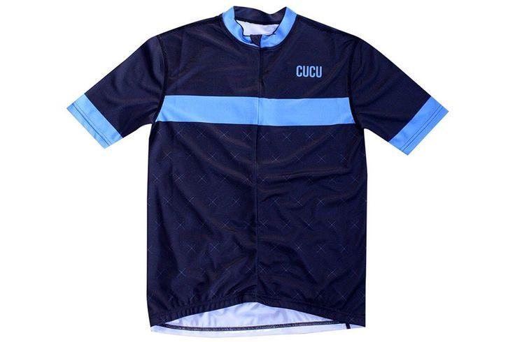 Cucu Blue Line Wielertrui  Blue Line trui:  Materiaal: 100% polyester microvezel.  Hoge vocht overdracht en ademend vermogen.  3/4 verborgen ritssluiting met elegante stijl.  Drie achterzakken. Beschrijving De meest bekende en legendarische top van de toppen de Col du Tourmalet een ware legende voor fietsliefhebbers. Wij bieden een trui met een fris design eenvoudig en met horizontale strepen die doet denken aan de klassieke peloton truien. Over Cucu Cucu is ontstaan uit een liefde voor…