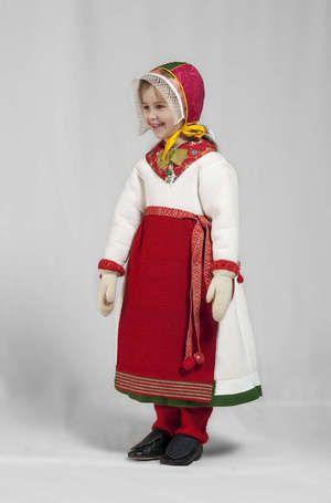 Både de unga och vuxna modellerna uppvisar stor dräktvana. Här en kyrkdräkt för vinterbruk. Boda, Sweden.