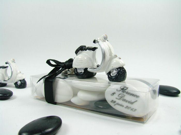 c 39 est un scooter genre vespa blanc et noir petite boite. Black Bedroom Furniture Sets. Home Design Ideas