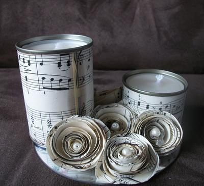 Gemaakt van 2 lege blikjes tomatenpuree,  cd, oude kaarsen gesmolten en bladmuziek (kringloop). roosjes naar idee van welke, afgemaakt met pareltjes.